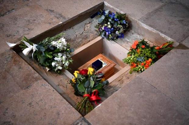 مراسم یادبود استیون هاوکینگ - ارسال صدای استیون هاوکینگ به درون سیاهچاله