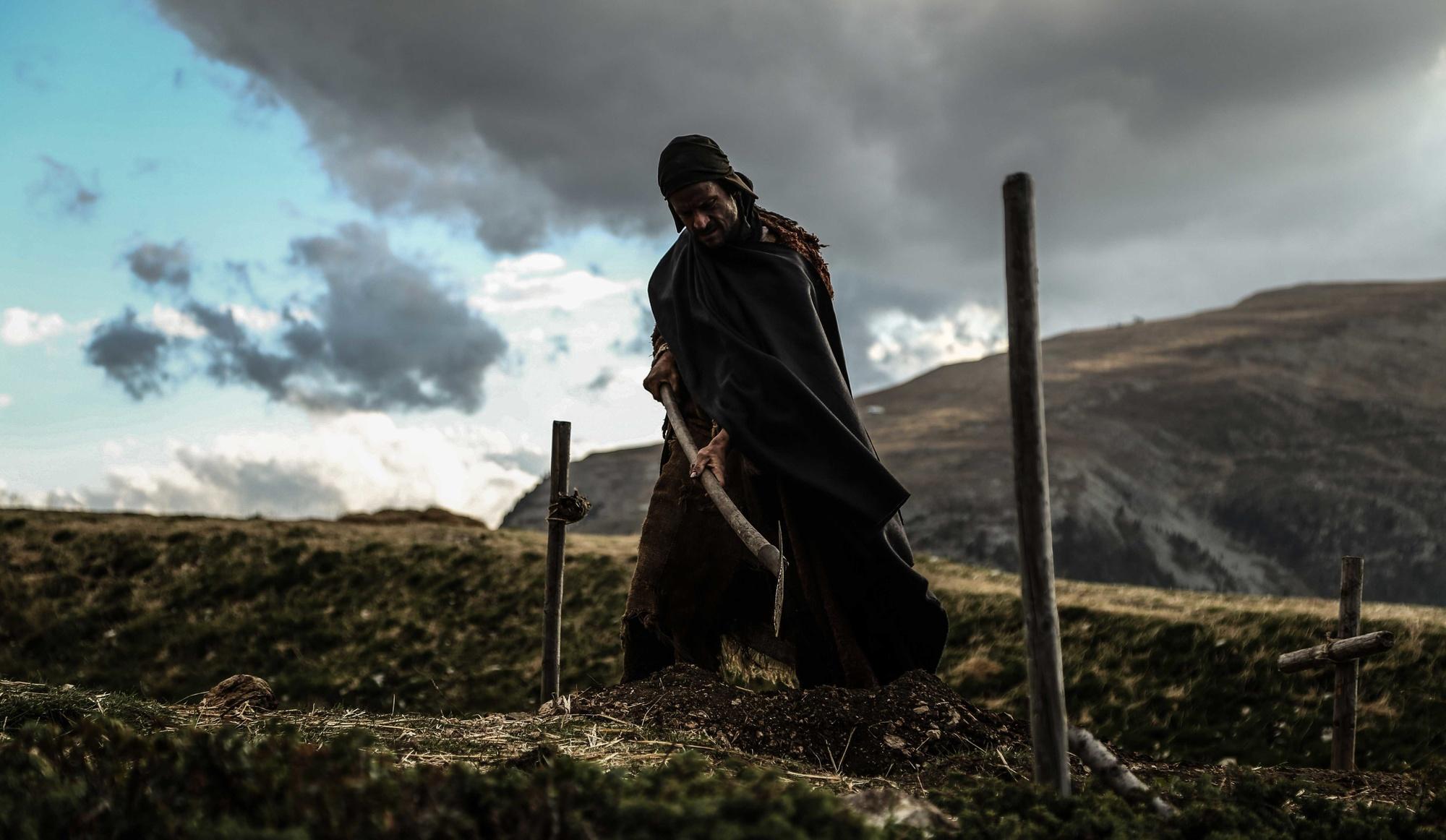 بعد از تلاشهای نافرجام آگوستینو برای به دست آوردن کار و روزی در دهکده و دستگیری نینا و جیووانی از طرف کلیسا که به گریز جیووانی و استنطاق نینا در دستگاه تفتیش عقاید مسیحیت منجر میشود، یک سوم انتهائی فیلم کوه در سکانسهای نفس گیر و یکنواخت کندن کوه به عبث میگذرد.