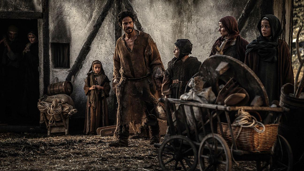 خدایان، سیزیف را محکوم کرده بودند سنگی را که بر اثر وزن خود از بلندی فرو میغلتید پیوسته به قلهی کوه ببرد. آنان به حق اندیشیده بودند که مجازاتی مخوف تر از کار بیهوده و بی امید نیست. آگوستینو اما به کدامین گناه ناکرده، مستحق چنین سرنوشت محتومی است؟ کسی که محکوم است نگهبان قبر اجدادش باشد...