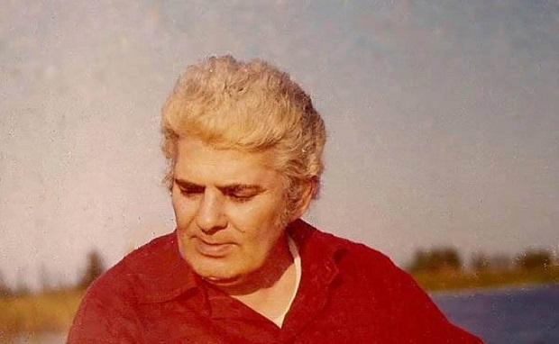 """احمد شاملو۲۱ آذر سال ۱۳۰۴، در خیابان صفی علیشاه تهران از مادری که به قول خودش چیز زیادی از او به یاد ندارد متولد شد. پدرش، حیدر، افسر ارتش بود. تبار او به گفتهی شاملو در شعری از مجموعهی """"مدایح بیصله""""، به اهل کابل بر میگشت."""