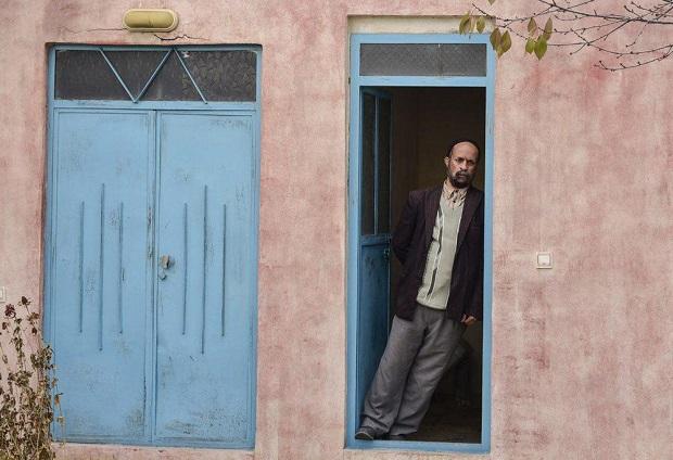 فیلم خجالت نکش با صدای محمدرضا حیاتی، گویندهی خبر، در رادیوی ماشین قنبر آغاز میشود. زمان فیلم حدود بیست سال قبل است و قانون تنظیم خانواده به منظور جلوگیری از رشد بی رویهی جمعیت به تصویب رسیده است.