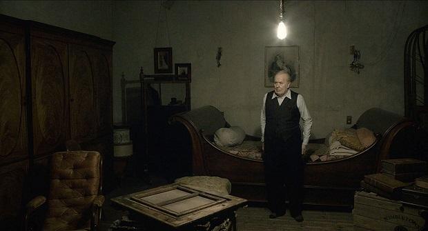 اگرچه این فیلم Darkest Hour میخواهد یک درام بیوپیک باشد ولی این گونه نیست و فیلمساز در نشان دادن تصویری دقیق و درست از چرچیل قصور کرده است.