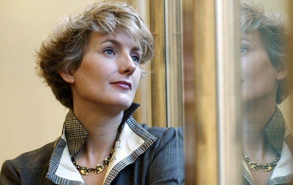 گاوالدا در تاریخ ۹ دسامبر ۱۹۷۰ در حومهی پاریس متولد شد. او هم اکنون یکی از نویسندگان زن شناخته شدهی فرانسوی است که در کنار نوشتن رمان و داستان کوتاه به کار در مجلهی Elle مشغول است. آنا گاوالدا به همراه دو فرزندش در حومهی پاریس زندگی میکند.