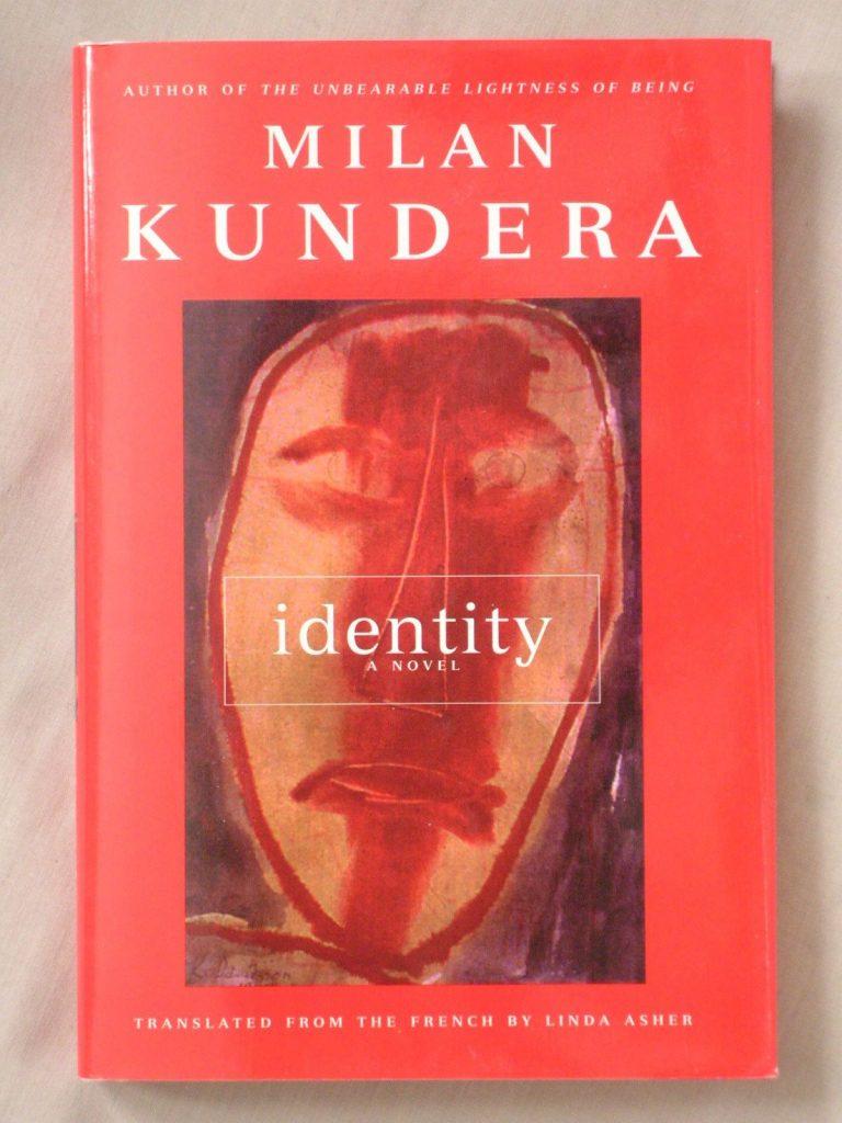 داستان رمان هویت داستان انسان قرن بیست و یکم است. انسانی اسیر فرمانبرداری، تزویر و دو چهره بودن، بی اعتنایی و انضباط. انسانی که گاه بیزاریاش از زندگی ملایم، ساکت، خاموش و تسلیمآمیز است بی آنکه عصیانی در کار باشد.