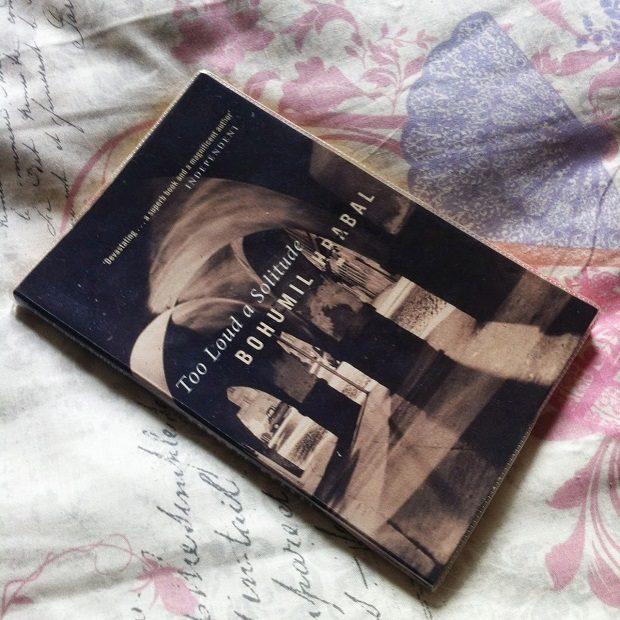 تنهایی پر هیاهو در طی دو سال نوشته شد و بعد از یک سال به صورت شبنامه در بین مردم پخش شد و بعد از آن در خارج از کشور انتشار یافت و نهایتا با ۱۳ سال تاخیر در سال ۱۹۸۹ در کشور چک به چاپ رسید.