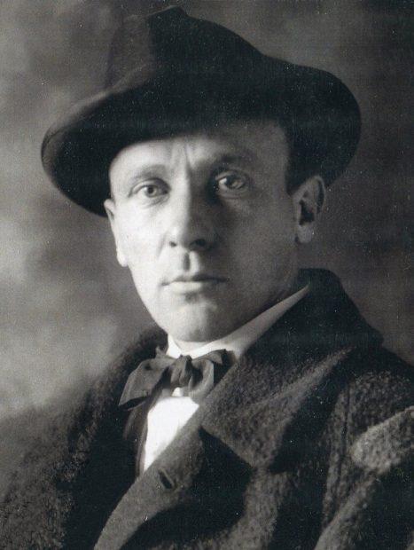 رمان مرشد و مارگاریتا را Mikhail Bulgakov، در سال ۱۹۲۸ شروع کرد و نگارش آن را تا ۴ هفته قبل از مرگش یعنی تا سال ۱۹۴۰ ادامه داد و در نهایت این اثر بعد از مرگ وی، توسط همسرش منتشر شد.