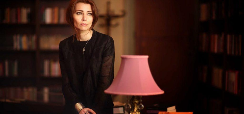 الیف شافاک به دلیل اشاره به کشتار ارمنیان توسط ترکیه در رمان دومش به نام حرامزاده استانبول (The Bastard of Istanbul) از سوی دادگاههای ترکیه به جرم «اهانت به ترک بودن» متهم شد. او در این ماجرا به زندان محکوم شد که البته به علت کمبود مدرک پرونده بسته شد.