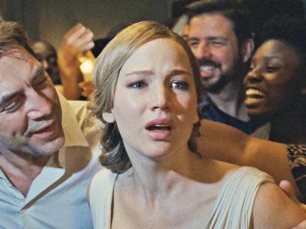 فیلم Mother! داستان تعریف نمیکند. اصلا داستانی برای تعریف ندارد. دور تسلسلی است که آرنوفسکی به تجربهای بصری تبدیلش کرده است.
