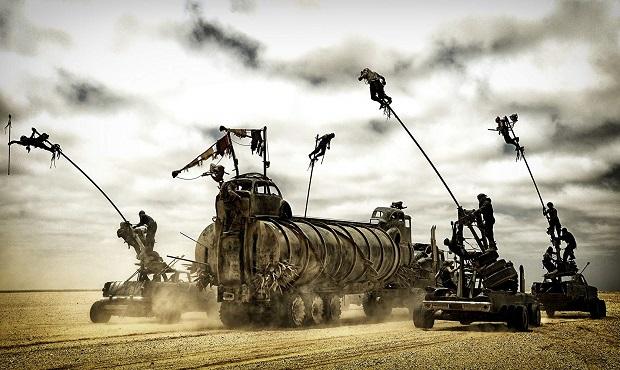 متاسفانه درنقد فیلم Mad Max: Fury Road باید گفت این اثر از دیالوگ، محتوا و پیام فاصله میگیرد و صداقت و هشدار زیست بومی را به جلوههای جذاب مادی و بصری ترجیح میدهد و برای یک روایت مثلا نجات دهنده از آشوب، یک بی سر و ته یِ بی معنایِ معاصرِ تاریخ انقضا دار را ارائه میدهد.
