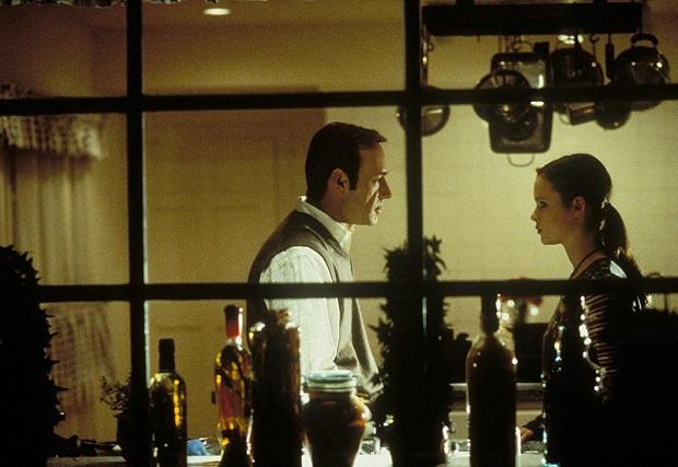 """فیلم American Beauty برآمده از ذهن کارگردان و نویسنده دهه ۷۰ آمریکاست. دنیاییِ منزجر کنندهای که پیشتر امثال """"مارتین اسکورسیزی"""" در """"راننده تاکسی"""" آن را به باد انتقاد گرفته بودند. و حالا Sam Mendes ثمره همان تلخیها را این بار در جامعهای کوچکتر یعنی خانواده بررسی میکنند. به همان تلخی و گزندگی."""