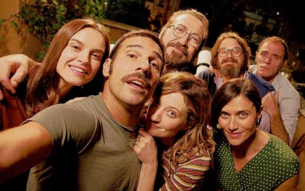 خلاصهی فیلم از این قرار است که ۷ دوست قدیمی ۳ زن و شوهر و یک مرد بعد از مدتها برای شام در خانهی یکی از آنها دور هم جمع می شوند و به ناگهان تصمیم میگیرند یک بازی داشته باشند
