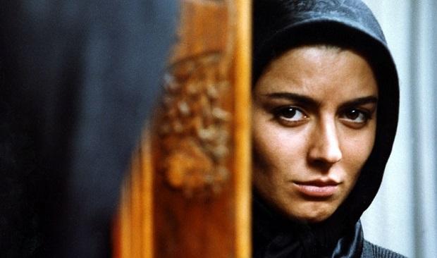 زن نماد باروری بوده است و اگر باروری او دچار اختلال میشد اتفاقی ناگوار و نا میموم تلقی میشود. به نظر میرسد این الگوی کهن آنقدر ریشه دار است که همواره توانسته و میتواند تصور زنان از خود و تصور دیگران را از زنی که نمیتواند بارور شود تغییر دهد. با توجه به ریشه دار بودن مسئلهی عدم باروری به ویژه در کشورهایی همچون ایران، به نظر میرسد مهرجویی خواسته است که تعصبات و تفکرات سنتی آمیخته با الگوی زن بارور را نقد کند و عدم بارداری و مسائل در پی آن را در زندگی دختر ایرانی به نمایش بگذارد.