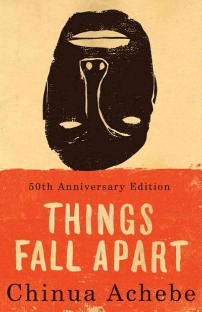 آچه به علاوه بر رمان همه چیز فرو می پاشد چهار رمان دیگر، داستانهای کوتاه، شعر و مقالات دیگری نیز دارد. این رمان در لیست صد رمانی که هر فرد باید پیش از مرگ بخواند، قرار دارد.