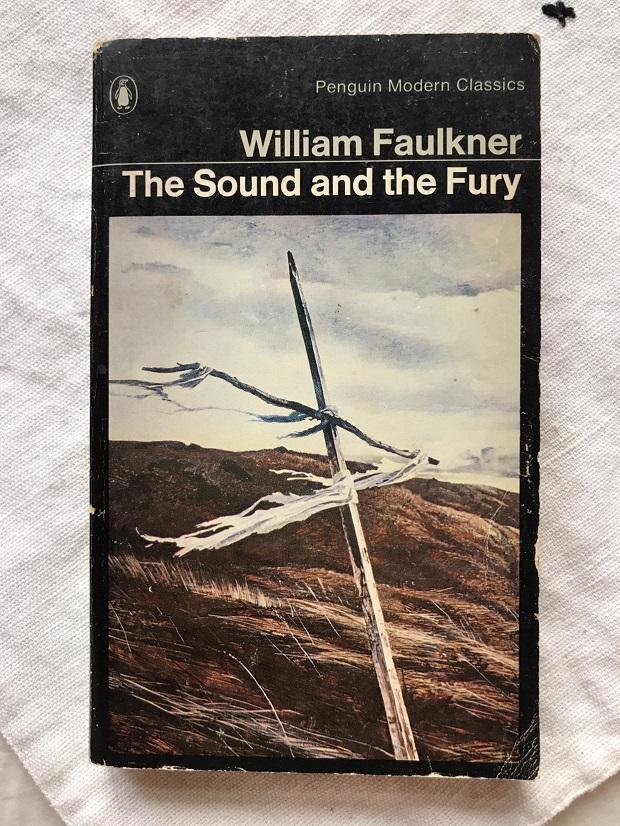 روایت William Faulkner در رمان خشم و هیاهو همراه با شیوهی جریان سیال ذهن است. صحنه ای، صحنهی دیگر و روزی دیگر و یا کلمه و گفت و گویی، کلمه و گفت و گویی دیگر را به یاد میآورد و این موجب شده است که روایت کم تر پیش برود و بیشتر شاید بتوان گفت در گذشته فرو میرود و این امر باعث شده که پیش برندگی که باعث ایجاد جذابیت در داستان رمان خشم و هیاهو و انگیزهی پیگیری داستان میشود کم تر شود.