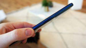 دسترسی به دکمههای جانبی Galaxy A9 آسان میباشد