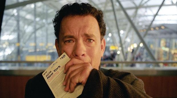 """فیلم The Terminal داستان فردی به نام """"ویکتور ناورسکی"""" با نقش آفرینی تام هنکس Tom Hanks است که از کشوری تخیلی به نام """"کراکوژیا""""، عازم نیویورک آمریکاست."""