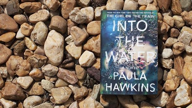 نکتهی دیگر وجود رودخانه در رمان است که شاید وجود آن به نوعی سمبولیک باشد. با توجه به زن بودن نویسنده و اینکه قربانی هر دو کتاب وی زنها هستند، میشود به این نیز فکر کرد که این رودخانه در رمان درون آب به مثابه زندگی در اجتماع برای زنان در طول تاریخ بوده است.