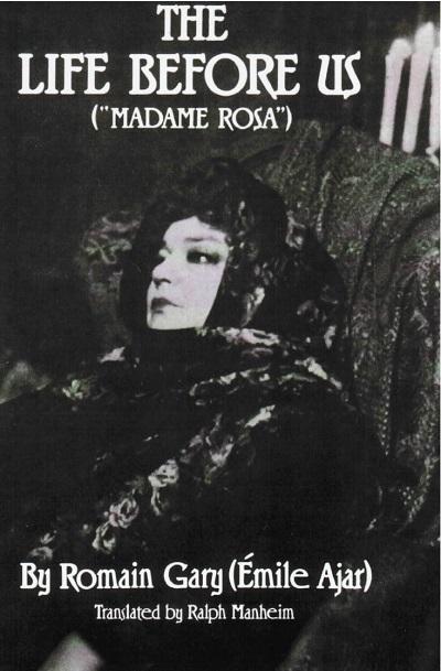 """در تحلیل رمان زندگی در پیش رو نباید از قلم انداخت که """"رومن گاری"""" زندگی در پیش رو را با نام مستعار """" امیل آژار"""" منتشر کرد و توانست برای بار دوم جایزهی گنکور را دریافت کند. از این رمان فیلمی در سال ۱۹۷۷ ساخته شده است. از """"رومن گاری"""" آثار دیگری نیز به فارسی ترجمه شده است. میعاد در سپیده دم، خداحافظ گری کوپر، مردی با کبوتر از آن جمله اند."""