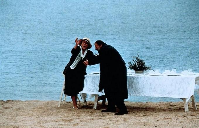 در ادامه تحلیل فیلم ابدیت و یک روز باید گفت دیدگاهی که در مسیر سفر الکساندر و پسر بچه باعث دگرگونی درونی و رسیدن به حقیقت در گروی عشق و عطوفتی واقعی پررنگ میشود و الکساندر را برای اولین بار در فیلم با زمان واقعی (زیستن در زمان حال) مواجه میکند.