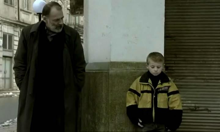 پسرک تنهائی که جلسومینای فیلم جاده اثر فلینی را به یاد میآورد. در نقد فیلم ابدیت و یک روز ، پسر بچهی آلبانیائی و دوستش سلیم، اشاره به نظام بسته و معیوبی دارند که در آن به افراد تبعهای اشاره میشود که میخواهند با خروج از شهر یا کشور خود و آمدن به کشوری دیگر صاحب شرایط بهتری شوند ولی عملاً کشته میشوند.