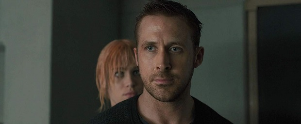 """روند شخصیت پردازی افسر کی که آرام آرام از جنبههای رباتیک وارد محدوده انسانی میشود از نکات دلچسبی است که مخاطب را با او همراه میکند و عشقش به آن انیمیتِ ساختگی را باور پذیر تلقی میکند. نوع بیانی که """"ویلنوو"""" برای Blade Runner 2049 انتخاب کرده است پر از فضاهای تعلیق است."""