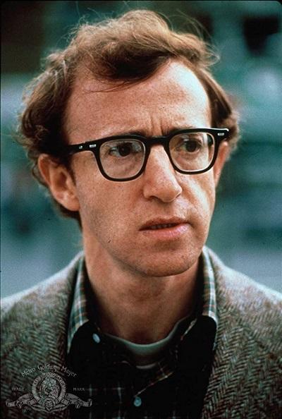 وودی آلن (به انگلیسی: Woody Allen) (۱ دسامبر ۱۹۳۵)، کمدین، بازیگر، کارگردان، نویسنده و موسیقیدان آمریکایی است. آلن فعالیت حرفهای خود را به عنوان یک نویسنده کتابهای طنز و سپس یک کمدین روی صحنه آغاز کرد و سپس در دههٔ ۶۰ میلادی فعالیت فیلمسازی خود را آغاز کرد. وی ۱۹ بار نامزد اسکار و چهار بار برنده آن شدهاست که این جوایز شامل یک اسکار بهترین کارگردانی بری فیلم آلیس و سه جایزه اسکار بهترین فیلمنامه غیراقتباسی است.