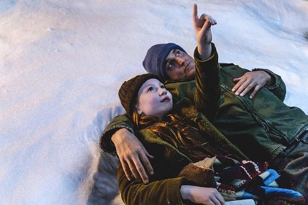 در فیلم The Glass Castle ، مسئلهی آزادی فردی از مهم ترین درونمایه های فیلم است که در شیوهی زندگی رکس و خانواده اش پررنگ میشود.