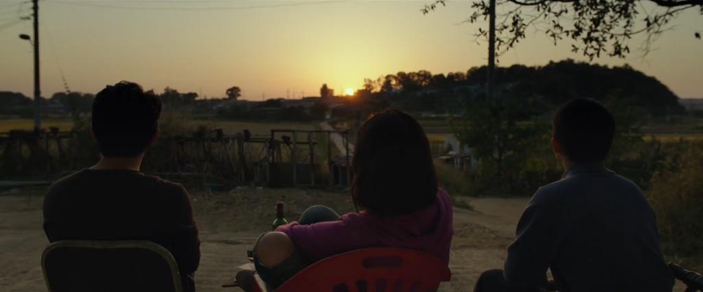 در نقد فیلم Burning یکی از دستاوردهای مثبت این صحنه پرداخت رئالیستی رویدادی ماورائی است که آن را هر چه بیشتر به حس درونی صحنه که از واقعیت مادی آن متمایز است و در بر گیرندهی حسی ماورائی است نزدیک میکند.