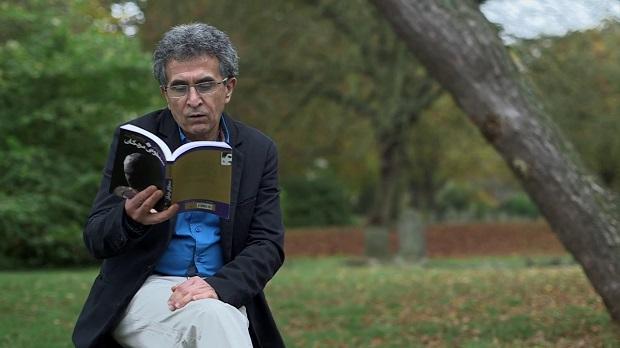"""عباس معروفی تحصیلات خود را در رشته هنرهای دراماتیک در دانشکده هنرهای زیبا دانشگاه تهران گذراند. وی نخستین کتاب خود را که مجموعه داستانی به نام """"رو به روی آفتاب"""" بود در سال ۱۳۵۹ منتشر کرد."""