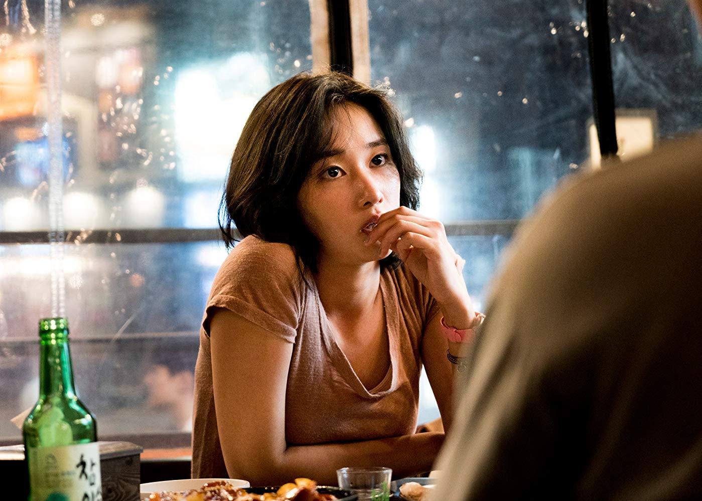 جونگ سو که از بر خشونت مفرط پدرش از خانه فراری و ته مانده های خشونت و خشم پدری در ساختار شخصیتش نهادینه شده اما پروتاگونیستی باورپذیر است که بواسطهی تضاد طبقاتی (که تحلیل مارکسیستی کارگردان را تا پایان فیلم با خود یدک میکشد و در انتها به پیروزی جامعهی پرولتاریا با قتل بن میانجامد) و خشمی مثبت که از تنفر نسبت به رقیب زاده میشود.
