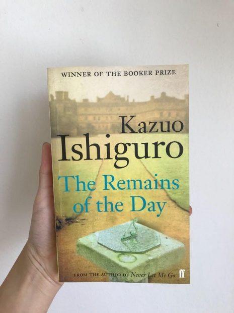 نام رمان بازمانده روز از قسمت انتهایی این رمان گرفته شده است. پاراگرافی که در انتهای رمان آمده است. و ماحصل سفر استیونز است و بخشی از درونمایهی این رمان.