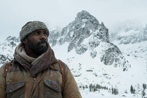 در تحلیل فیلم The Mountain Between Us باید گفت تقریبا همه عناصر قابل پیش بینی هستند و تنها اندک صحنههایی وجود دارد که پتانسیل پخته شدن را دارا هستند که آنها هم با کارگردانی بد کارگردان از تآثیر میافتند.
