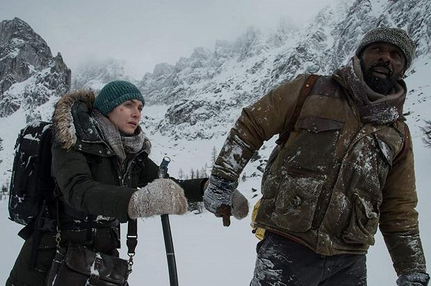 اتفاقی که هیچگاه در The Mountain Between Us به وقوع نمیپیوندد. گویی طبیعت فقط لوکیشنی بوده است که دو بازیگر خوش چهره به آن پناه ببرند و مدتی کنار هم بمانند تا عاشق هم شوند همین!