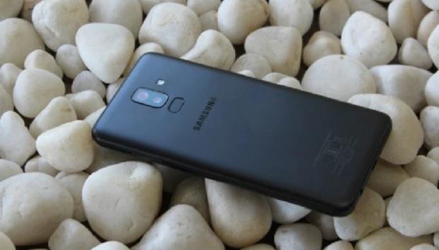 حتی با وجود قاب پلاستیکی، رنگ مشکی Galaxy J8 بسیار شیکمیباشد