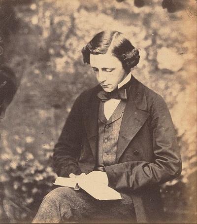 لوییس کارول نیز به بیماری سندرم آلیس در سرزمین عجایب مبتلا بود اما از آن مطلع نبود تا در نهایت روانپزشک انگلیسی به نام جان تاد، بیماری وی را شناسایی و کشف کرد.