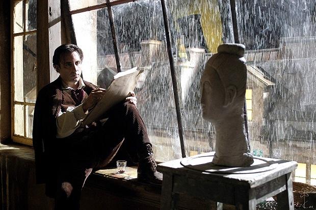 فیلمModigliani یامودیلیانیساختهی میک دیویس Mick Davis درباره نقاش قرن بیستمی، آمادئو مودیلیانیAmedeo Modigliani است. کمتر فیلمی در ژانر زندگینامهی هنرمندان است که رسالت خود را به درستی به جا میآورد.
