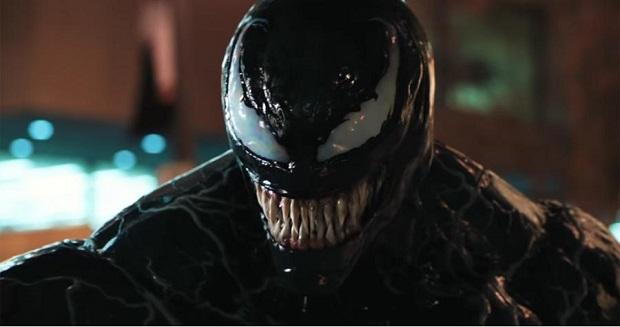 نخستین ایرادی که در فیلم Venom باید گوشزد کرد، فیلمنامهی خام است که کلیشهی رایج حملهی یک موجود فضایی به زمین و تسخیر و کشتار آدمها را در بر دارد و به تبع فیلمنامهی خام، کاراکتر هایی را داریم که اساسن تبدیل به کاراکتر نمیشوند و به صورت تیپ غیر کاربردی باقی میمانند.