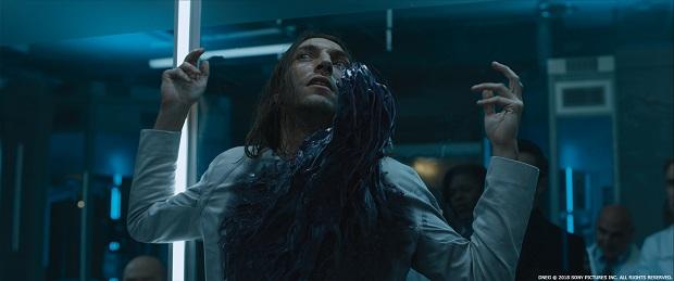 درجه بندی سنی فیلم باعث شده تا خشونتی در فیلم وجود نداشته باشد و این عدم شفافیت در بیان داستانِ Venom که یک مانستر است، پارادوکس زیادی با هستهی اصلی داستان داشته باشد.