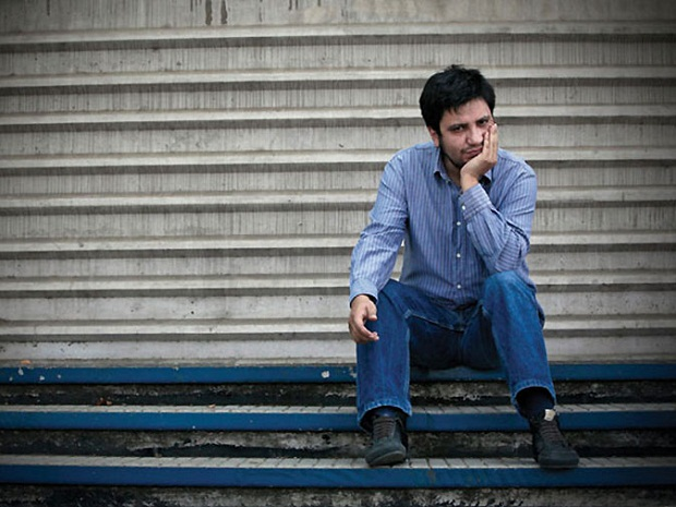 """آله خاندرو سامبراAlejandro Zambra شاعر، نویسنده و منتقد ادبی شیلیایی است. او در سال ۱۹۷۵ در """"سانتیاگو"""" به دنیا آمد."""