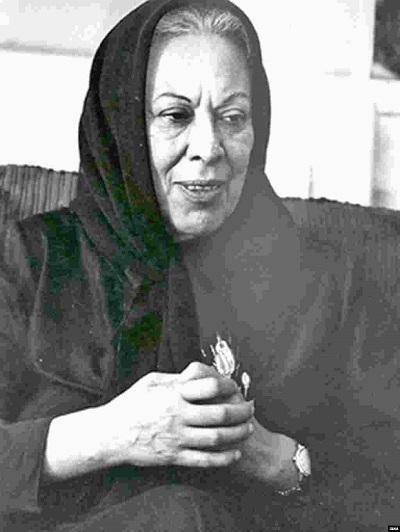سیمین دانشور نخستین زن ایرانی بود که به صورتی حرفهای در زبان فارسی داستان نوشت. مهمترین اثر او رمان سووشون است که نثری ساده دارد و به ۱۷ زبان ترجمه شدهاست. سووشون از جمله پرفروشترین آثار ادبیات داستانی در ایران بهشمار میرود. دانشور همچنین عضو و نخستین رئیس کانون نویسندگان ایران بود.