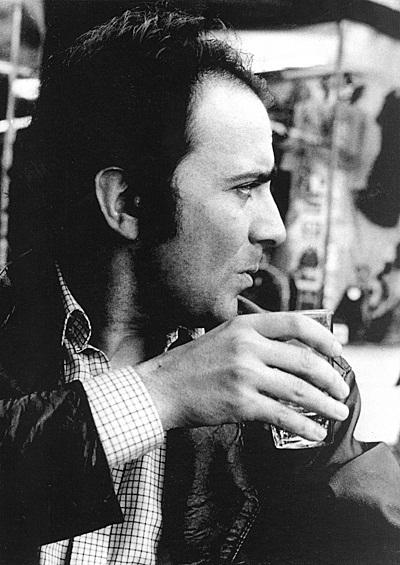 """""""مانوئل پوییگ"""" با نام کامل """"خوان مارتین پوئیگ دیدونه"""" متولد ۲۸ دسامبر ۱۹۳۲ و در گذشته به تاریخ ۲۲ ژوئیه ۱۹۹۰ است. مانوئل پوییگ در یکی از شهرهای کوچک آرژانتین به دنیا آمد در رشته ی فلسفه درس خواند و سپس تحصیلات خود را در رشتهی کارگردانی سینما ادامه داد."""