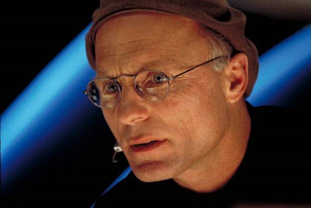 کریستوف کارگردان و خالق این برنامهی تلویزیونی تمامی لحظات زندگی ترومن را کنترل میکند و احساسات او را تعیین میکند. او را در جزیرهای به اقسام روشهایی که میتواند حبس میکند. از روشهایی مثل ترافیک و خرابی جاده گرفته تا ترسی که از آب به او القا میکند.