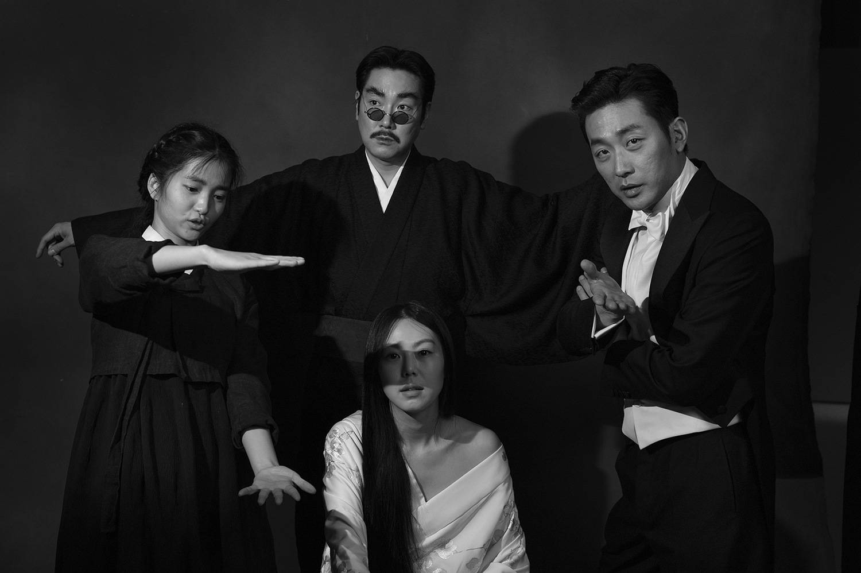 همان طور که در ابتدای فیلم هم اشاره میشود، وقایع داستان در زمان سلطهی بی رحمانه و تراژیک ژاپن بر کرهی جنوبی میگذرد. طی این جنگ، استثمار بی سابقهای بر ملت کره اعمال شد و ژاپن فجایع غیر قابل باوری را رقم زد.