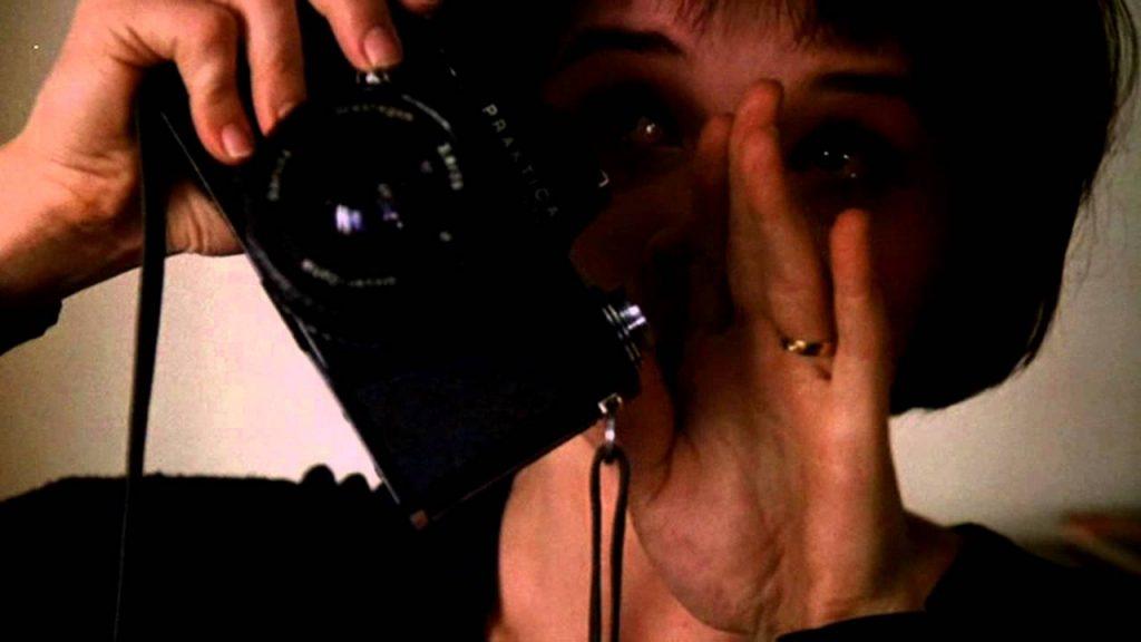 از روی رمان بار هستی فیلمی با نامThe Unbearable Lightness of Beingدر سال ۱۹۸۸ ساخته شده است. کارگردان این فیلم فیلیپ کوفمان است که ژولیت بینوش نقش ترزا را در آن بازی کرده است.