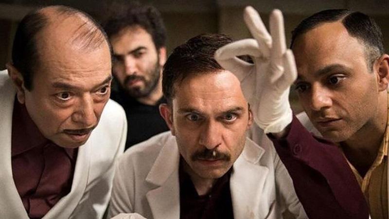 نکته ای که در نقد فیلم مسخره باز حائز اهمیت است، نقد سینمای امروز ایران میباشد. یکی از این نقدها، تکرار موتیف «تکرار» میباشد. ما از ابتدا تا انتها بارها شاهد نماها، دیالوگها و موقعیت های تکراری هستیم.