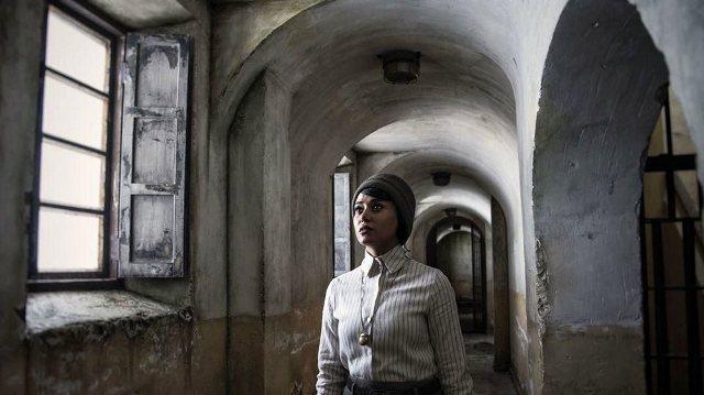 نمایی از حضور پریناز ایزدیار در فیلم سرخپوست