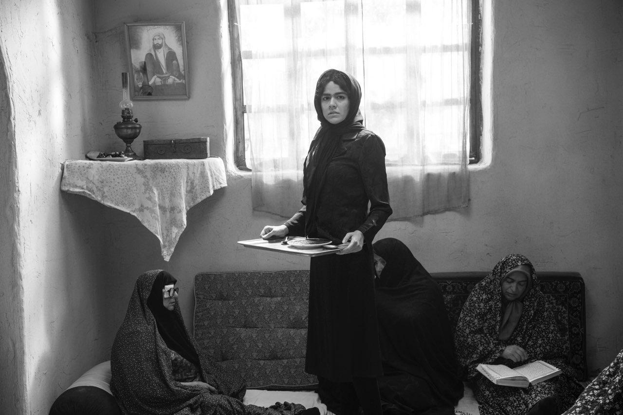 ماهور الوند در نمایی از فیلم غلامرضا تختی کاری از بهرام توکلی / حتا با وجود محدودیت حجاب زنان در سینمای پس از انقلاب نیز، حجاب و لباس بازیگران زن با توجه به موقعیت خانوادگی و اجتماعیاشان به گونهای طراحی شده است که باعث محدودیت فیلم نشده و آن را باورپذیر کرده است.