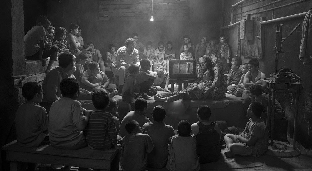 فیلم با مونولوگهای یک خبرنگار آغاز میشود که از همان ابتدا هدف فیلم را که نمایش زندگی جهان پهلوان تختی است را به مخاطب میگوید و پس از آن به وصیت و خودکشی و سپس زندگانی تختی میرسد.
