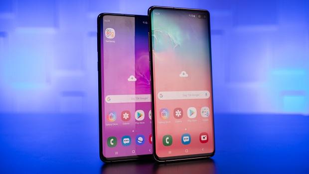 گلکسی S10 یک گوشی سبک وزن (۱۵۷ گرم) با ابعاد ۱۴۹٫۹*۷۰٫۴*۷٫۸ میلی متر میباشد. بنابراین در مقایسه با S9 با نمایشگر ۵٫۸ اینچی، ابعاد گلکسی S10 فقط کمی بزرگتر از قبل شده است، در حالی که نمایشگر آن ۰٫۳ اینچ بزرگتر از نمایشگر S9 میباشد.