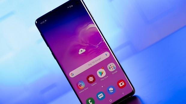 Galaxy S10 دارای یک پنل ۶٫۱ اینچی Dynamic AMOLED میباشد که میتوان عملکرد کلی آن را فوق العاده خوب توصیف کرد. لبههای این نمایشگر در به طرزی ماهرانه به سمت فریم دستگاه خم شده اند.